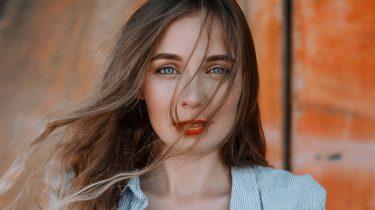 vrouw met bruin haar en blauwe ogen, mooiste haar- en oogkleur