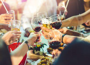 glazen met wijn, alcohol vriendschap