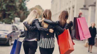 Meiden aan het winkelen