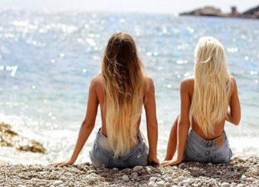 bij deze etsy shop kun je een badpak kopen met het hoofd van je beste vriendin erop, zodat je haar nooit meer hoeft te missen op het strand