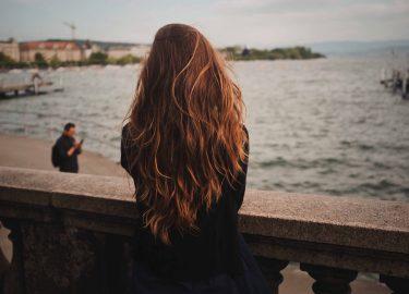 girl with long hair standing on bridge, lang haar tips groeien