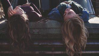 blonde en brunette vriendin