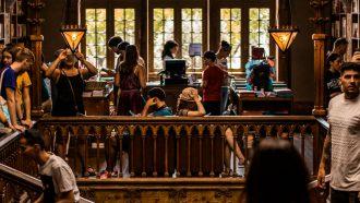 mensen die in het buitenland studeren in de bibliotheek