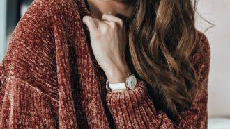 vrouw in een sweater dress met een horloge om haar pols